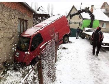 Первый снег, называется: В Закарпатье микроавтобус протаранил жилой дом