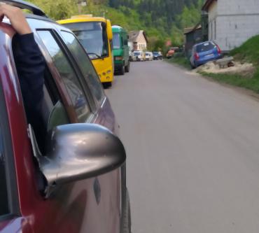 В одном из мест на Закарпатье километровые очереди: Люди стоят по пол часа