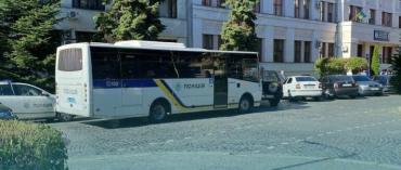 Переполох в центре Ужгорода: У здания полиции люди с автоматами и 2 автобуса