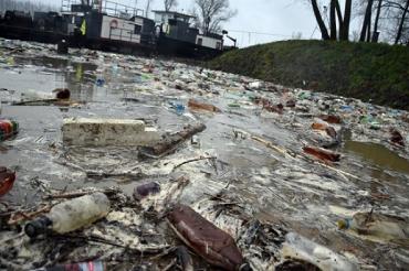 Кабмин взялся решить проблему загрязнения реки Тиса на Закарпатье от бытового мусора