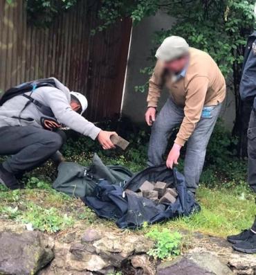 В Ужгороде неравнодушные граждане не позволили разворовать демонтированную брусчатку