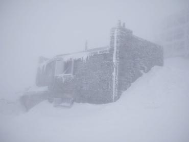 В Закарпатье безумная весна не перестает удивлять: 8 градусов мороза, снег создал туман