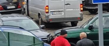 В центре Мукачево ДТП: На улице дикие пробки, водители выезжают на пешеходную зону