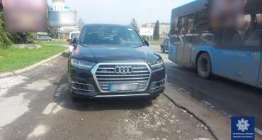"""Мажорный автомобиль на парковке в Ужгороде оказался с """"сюрпризом"""""""