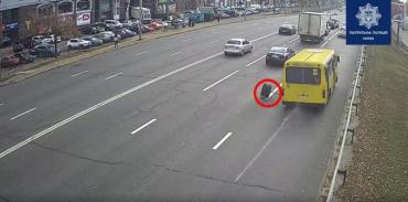 В Киеве маршрутка по дороге попала в довольно неприятную ситуацию