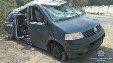На Закарпатье вследствие неудачного обгона перевернулась машина - водитель и пассажирка в больнице