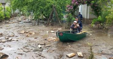 Обильный ливень превратил сёла в Закарпатье в реки: Вода была людям по пояс