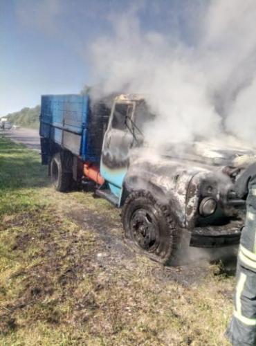У столиці Закарпаття спалахнула та вигоріла пречудова вантажівка ЗІЛ!