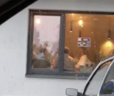 """Обуренню немає меж! В Ужгороді високопосадовці кавують у """"зачиненому"""" на карантин кафе-ресторані!"""