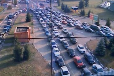 Люди выстаивают 5-клометровые очереди на украинско-венгерской границе