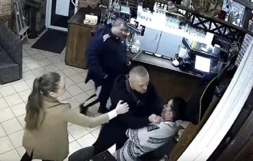 Охранник Кивы отличился: Друг и водитель нардепа собирался зарезать ножом официантку