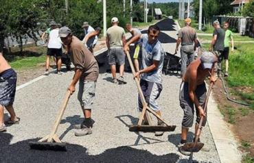 """Похожие на трассу """"Формулы-1"""" дороги в Закарпатье теперь строят не профессионалы, а простые сельские жители"""