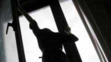 """Жахлива смерть! На Закарпатті мати 2-х дітей загинула моментально, здійснивши """"політ"""" із балкону багатоповерхівки"""