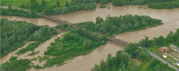 """Річки Закарпаття загрожують знову """"вилитися"""" на села та міста"""