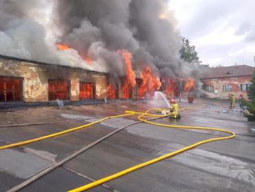 Шел 5-тый час: Что происходит на месте масштабного пожара в Ужгороде