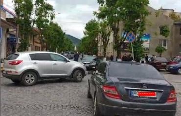 """У місті на Закарпатті — дорожня аварія за участі припаркованого легковика та автомобіля з """"шашечками"""""""