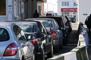 Десятки водителей застряли в очереди на границе в Закарпатье