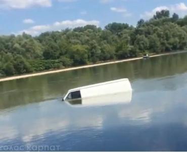 """Дива трапляються! Мешканці Закарпаття не повірили очам своїм, коли побачили у """"вільному плаванні"""" на тисі мікроавтобус!"""