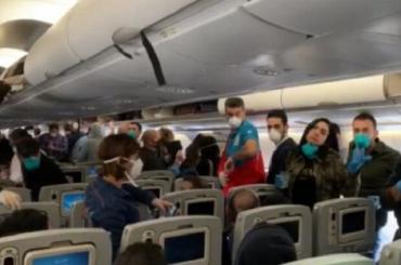 В Киеве супружескую пару с позором сняли с рейса в Турцию за отказ надеть маски