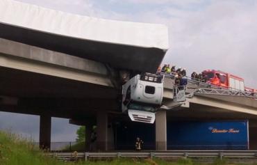 """В """"Нирьке"""" грузовик съехал с моста и повис в воздухе"""
