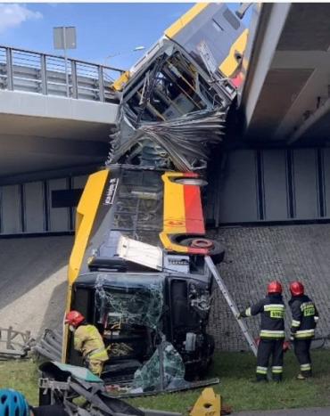 В Польше с моста упал автобус с пассажирами, около 20 пострадавших