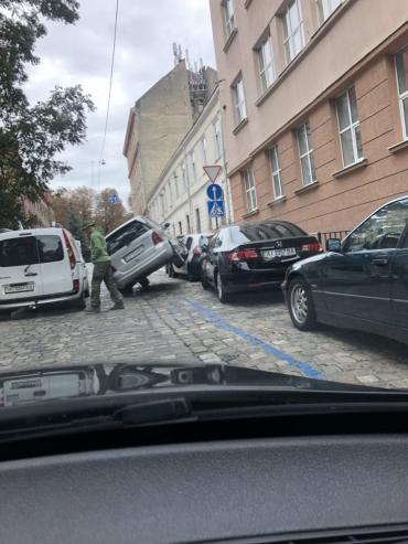 Блондинка устроила во Львове уникальное ДТП