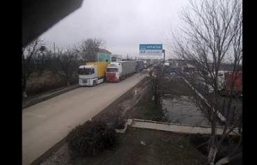 """На КПП """"Дьяково"""" в Закарпатье фуры стоят в огромной очереди"""