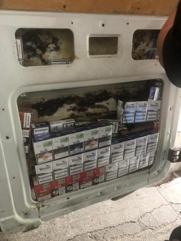 """Стражі кордону Закарпаття знайшли у сховках """"Мерса"""" кілька сотень пачок контрабандних сигарет"""