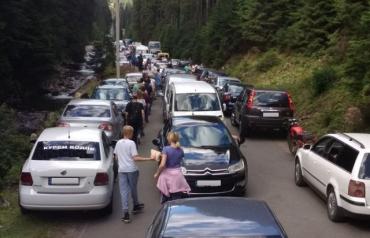 """В Закарпатье — огромная очередь из автомобилей к """"Морскому глазу"""""""