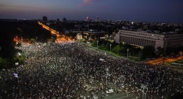 Румыния ввела комендантский час в выходные дни. Начались протесты