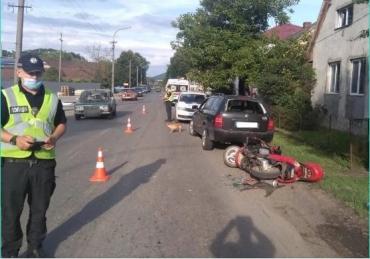 """На Закарпатті у дупль п'яний мотоцикліст не зміг """"оминути"""" автівку """"Шкоду"""" на узбіччі і потрапив до лікарні"""