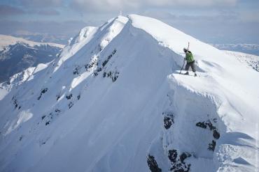 В Закарпатье со снежного хребта сорвалась туристка, за ней прыгнул ее друг!