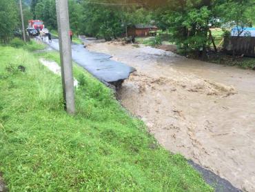 В Закарпатье специалисты выехали на места, где паводок разрушал все на своём пути