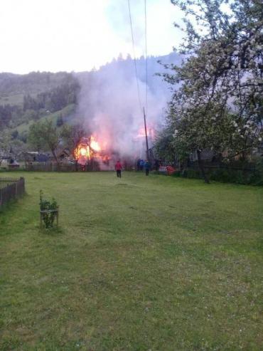 В Закарпатье разрушительный пожар с одного дома перекинулся на второй