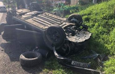 """Шок! Автомобиль сделал сальто-мортале и """"стал"""" на крышу на дороге в Закарпатье"""