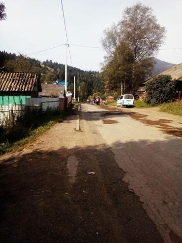 В Закарпатье люди собственными руками начали ремонт дороги
