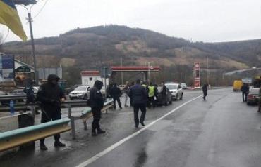На въезде в Закарпатье задержали неизвестных с битами, ножами и балаклавами
