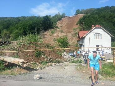 Оползень на Закарпатье разрушил два дома и накрыл легковой автомобиль