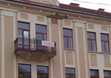 В Ужгороде на пл. Петефи посыпался недавно отреставрированный дом