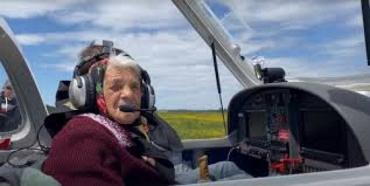 Летать на самолете старушке из Закарпатья очень понравилось — теперь ее от штурвала не оторвешь