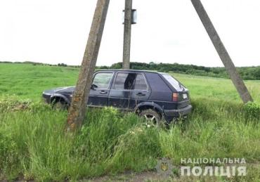 """На Західній Україні крадії втопили у багнюці """"позичений"""" легковик"""