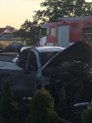 Біля відомого в Ужгороді супермаркету повністю вигоріло авто!
