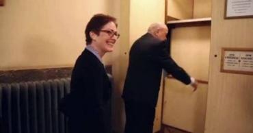 Москаль прокатил на старинном чешском лифте посла США (ВИДЕО)
