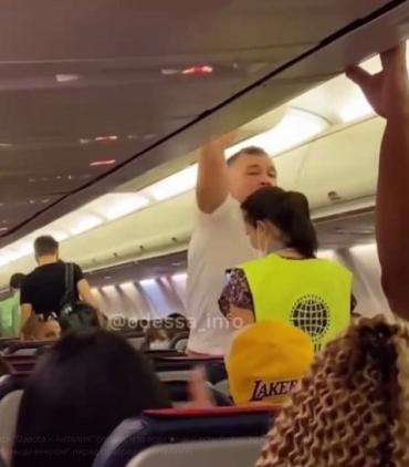 На рейсе Одесса — Анталия перед взлетом одного из пассажиров вывели из самолета из-за дебоша и отказа надеть маску.