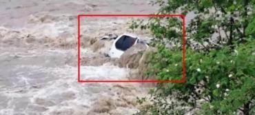 """В Карпатах автомобиль с дороги """"снесла"""" бурная река - две смерти"""