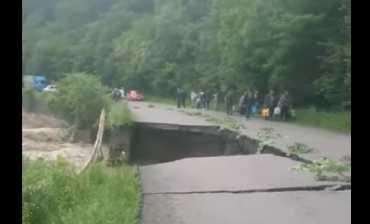 У горах Закарпаття посеред дороги утворилося кількаметрове провалля