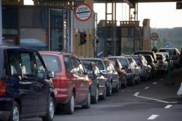 Чотири з половиною сотні автомобілів застрягли в чергах на кордоні Закарпаття з Угорщиною