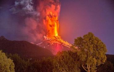 В Индонезии опасно: идет новое извержение вулкана