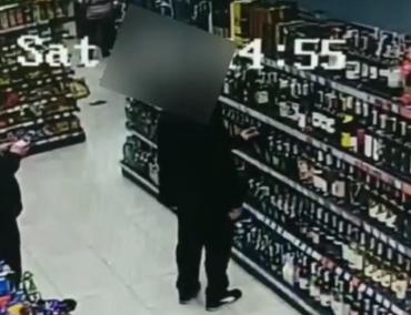 Ни стыда, ни совести: в Закарпатье видеокамеры в супермаркете запечатлели возмутительную кражу