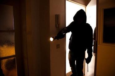 В городе Виноградов злодей ночью избил и ограбил пенсионерку